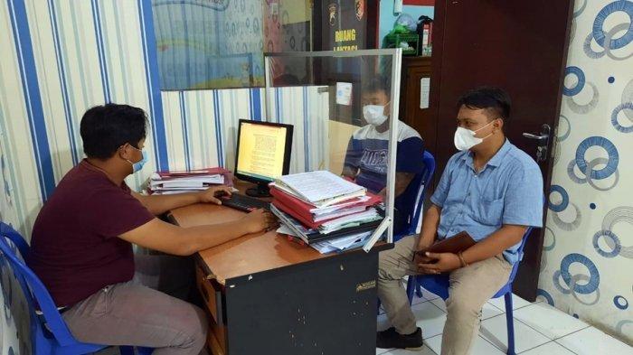 Petugas Reskrim Polresta Banyumas memeriksa HP (28) warga Kelurahan Kranji, Kecamatan Purwokerto Timur atas dugaan tindak pidana persetubuhan dan pencabulan, Rabu (14/7/2021).