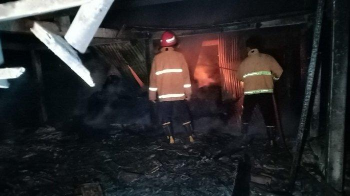 Personel pemadam kebakaran berusaha memadamkan kobaran api yang melahap kandang kerbau milik kelompok ternak Karya Tulada di Desa Gerdu, Kecamatan Pecangaan, Kabupaten Jepara, Kamis (29/7/2021) dini hari. Kejadian ini mengakibatkan lima kerbau tewas terpanggang.