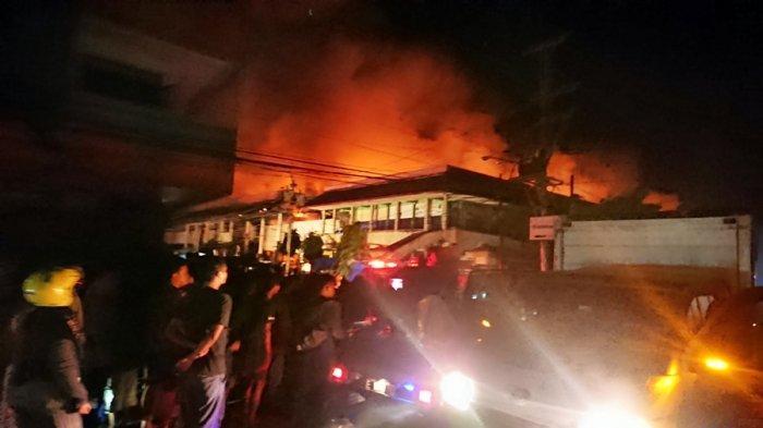 Kobaran api nampak melalap bangunan Pasar Weleri Kabupaten Kendal, Jumat (13/11/2020) dini hari.