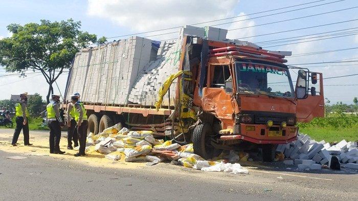 Truk Bermuatan Tepung Roti Tabrak Tronton di Barat Tugu Bandeng Pati, Sopir Tewas