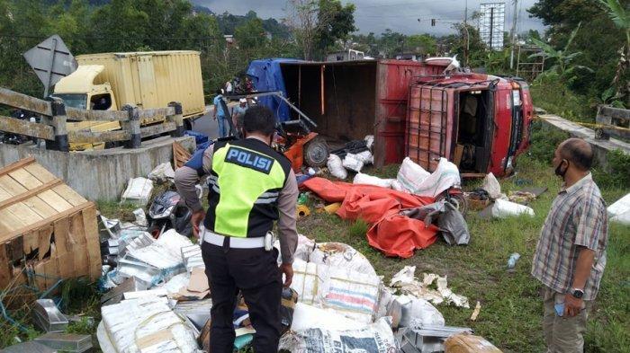 Petugas memeriksa lokasi kecelakaan maut di sekitar wilayah jalur penyelamat Kertek Kabupaten Wonosobo, Rabu (31/3/2021).