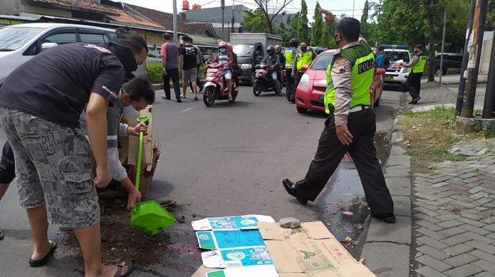 Petugas Satlantas Polrestabes Semarang mengecek dan mengevakuasi motor korban kecelakaan lalu lintas di Jalan Soekarno-Hatta seberang Kampus Biru Amni Semarang, Sabtu (5/12/2020).