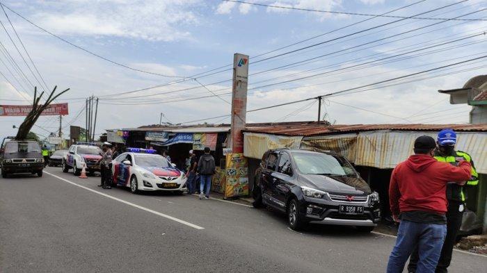 Tiga Warung Rusak Parah Seusai Dihantam Mobil, Sedan Arah Baturraden Melaju Kencang Tabrak Minibus