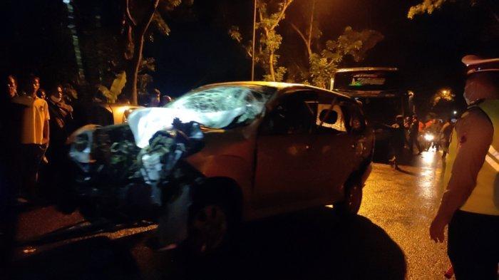 Situasi kecelakaan beruntun melibatkan satu bus dan tiga mobil pribadi, terjadi di Jalan Raya Sokaraja - Purbalingga, Desa Banjarasari Kidul, Kecamatan Sokaraja, Kabupaten Banyumas, Rabu (23/6/2021).