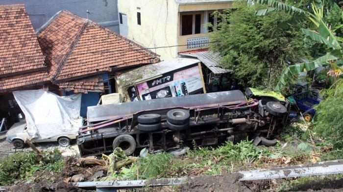Saya Ngantuk! Truk Muatan Cairan HCL Terjun Bebas ke Rumah Warga di Pedurungan Semarang