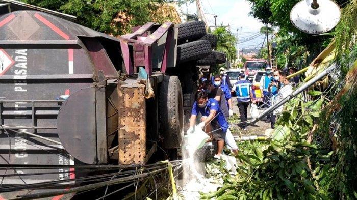 Petugas Tebar Kapur Putih Tutupi Tumpahan Cairan HCL, Pasca Truk Terjun Bebas di Pedurungan Semarang