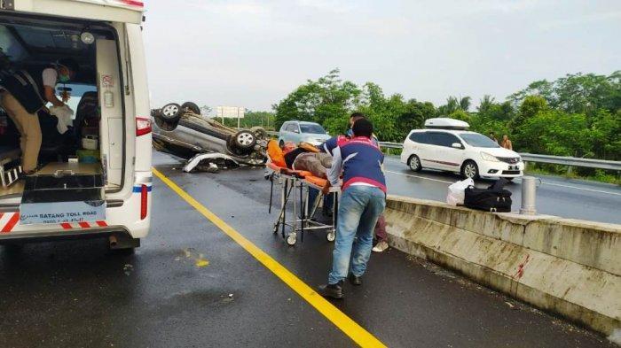 Diduga Sopir Mengantuk, Mobil Tabrak Median Hingga Terbalik di Jalan Tol Pekalongan