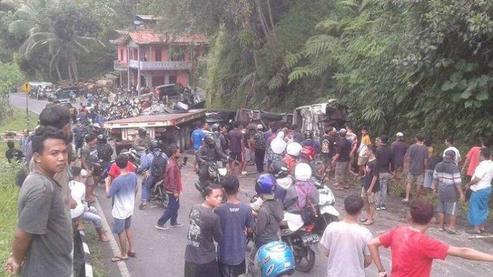 Diduga Rem Blong, Truk Tronton Tabrak Truk Pengangkut Santri di Magelang. Seorang Tewas