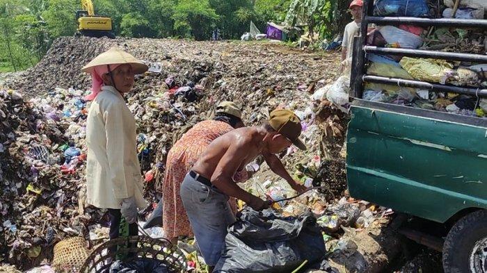 Murtinah Santai Saja Sikapi Pandemi, Begini Cerita Keseharian Pemulung di TPA Winong Banjarnegara