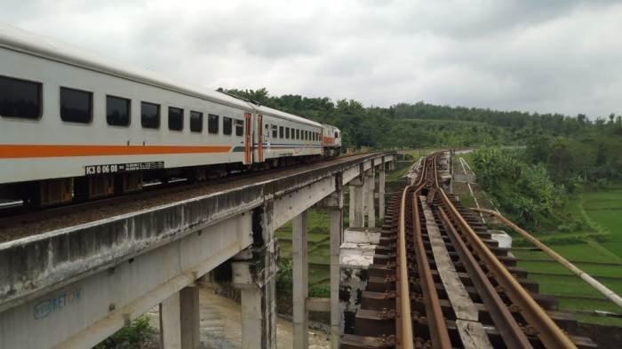 kereta-api-bengawan-melintas-di-jalur-kereta-di-desa-tonjong-kecamatan-tonjong-kabupaten-brebes.jpg