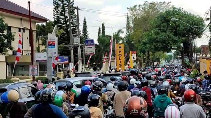 Antrian padat dan kerumunan masyarakat saat mengambil antrean vaksin Covid-19 yang diselenggarakan Polresta Banyumas, di sepanjang Jalan Letjend Pol Soemarto, Purwokerto, Kabupaten Banyumas, Jumat (30/7/2021).