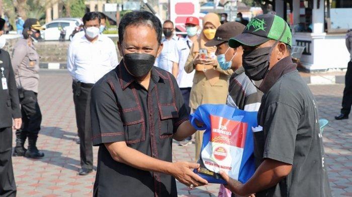 Ketua DPRD Jateng Sumbangkan Gajinya untuk Warga Terdampak PPKM Darurat, Bagikan 3,6 Ton Beras
