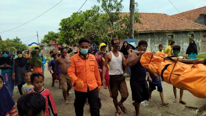 Proses evakuasi korban tenggelam kecelakaan kapal di Perairan Jonggor Pandan, selatan Pulau Nusakambangan, Kecamatan Kampung Laut, Kabupaten Cilacap, Sabtu (6/2/2021).