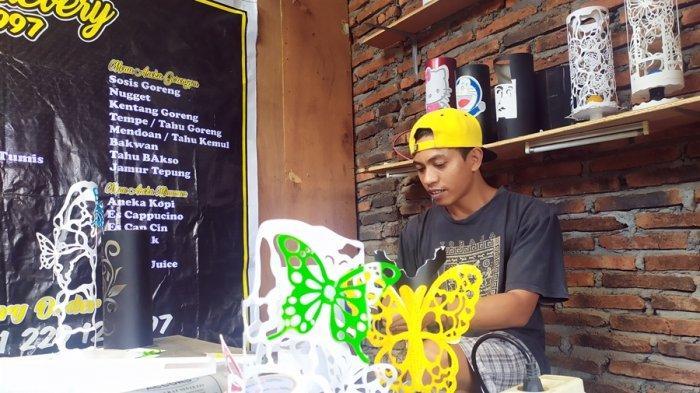 Operator Karaoke di Bandungan Semarang Ini Rintis Usaha, Sulap Pipa Paralon Jadi Lampu Hias