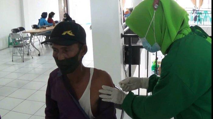 Petugas kesehatan Puskesmas Singorojo melakukan vaksinasi Covid-19 bagi lansia Desa Ngareanak, Kecamatan Singorojo, Kabupaten Kendal, belum lama ini.