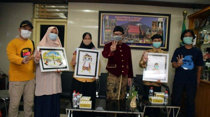 Bupati Banyumas, Achmad Husein saat menerima hadiah sebuah karikatur dari bahan plastik dari Panitia HPSN dan WCUD Banyumas dalam rangka hari jadi ke-450 Kabupaten Banyumas, Jumat (26/2/2021).