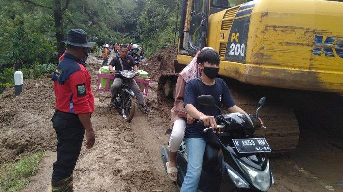 2 Mobil Sempat Terjebak saat Longsor Terjang Jalan Penghubung Kebumen-Banjarnegara