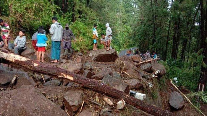 Longsoran Batu Besar Bercampur Tanah Tutupi Jalan Provinsi Penghubung Tegal-Brebes