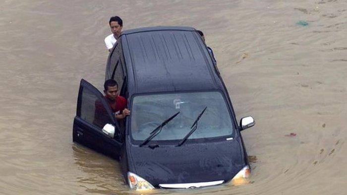 Begini Cara Menangani Mobil Terendam Banjir Agar Kerusakan Tidak Semakin Parah