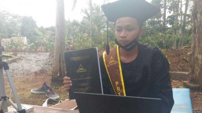Ditinggal Setahun Jelang Lulus, Mahasiswa IAIN Purwokerto Ini Putuskan Wisuda Virtual di Makam Ayah