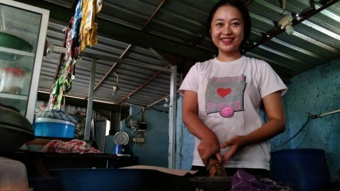 Bantu Biayai Keluarga, Gadis Cantik di Kudus Ini Jualan di Rumah Makan di Sela Kuliah Daring