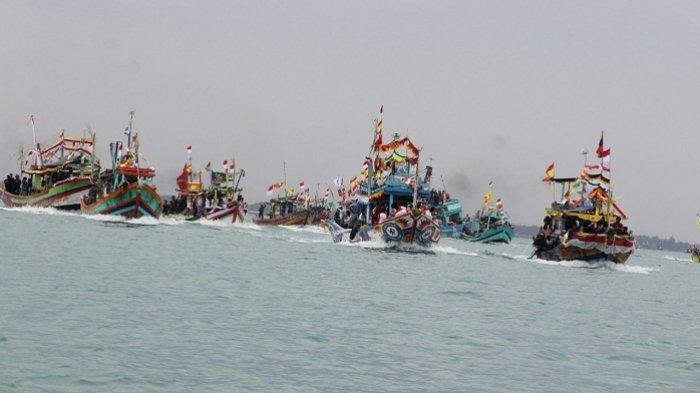 Gelar Sedekah Laut, Nelayan di Kota Tegal Larung Tujuh Kepala Kerbau. Ini Harapannya