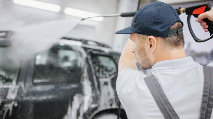 Amankah Interior Mobil Disemprot Cairan Disinfektan?