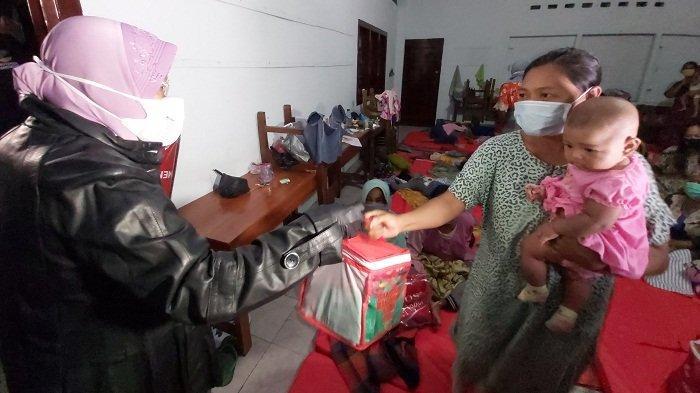 Kunjungi Pengungsi Dini Hari, Mensos Risma Bagikan Selimut ke Korban Banjir di Wiradesa Pekalongan