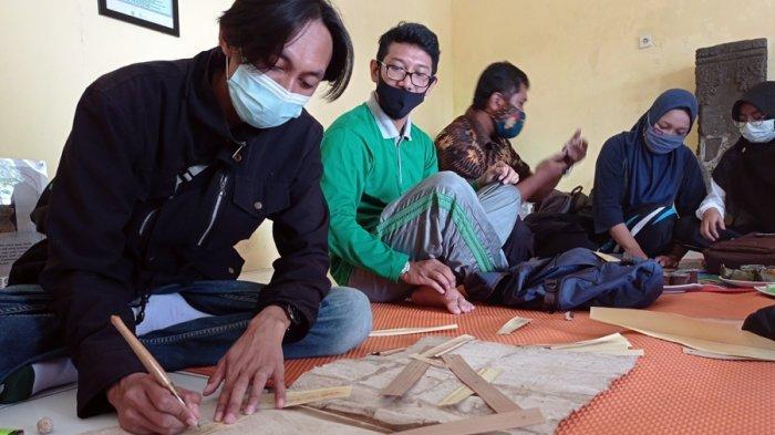 Menulis Aksara Jawa di Daun Lontar, Cara Unik Komunitas Salatiga Heritage Kenalkan Warisan Leluhur