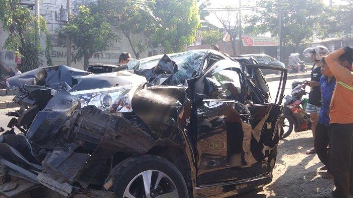 Mobil Tergencet Truk dan Mobil Boks di Mangkang Kota Semarang, Sekeluarga Dilarikan ke Rumah Sakit