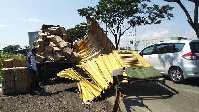 Mobil Boks Bermuatan Infus Kecelakaan di Arteri Kaliwungu Kendal, Lalu Lintas Arah Semarang Macet