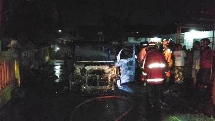 Mobil Luxio Terbakar di Depan SDN 07 Kasepuhan Batang, Api dari Mesin Sambar Jeriken BBM di Belakang