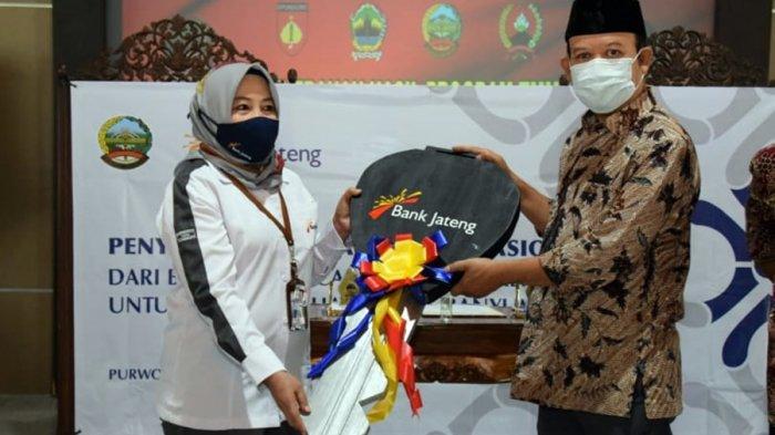 Bupati Banyumas, Achmad Husein menerima bantuan mobil Toyota Innova dari Pimpinan Cabang Bank Jateng Purwokerto, Lis Arofah Ambarwati, Rabu (21/10/2020).