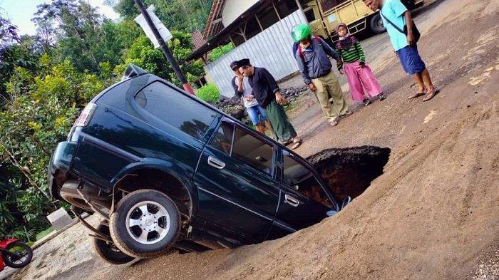 Sebelum Bolong dan Buat Mobil Nyungsep, Jalan di Kemiriombo Wonosobo Ini Ternyata Sudah Retak