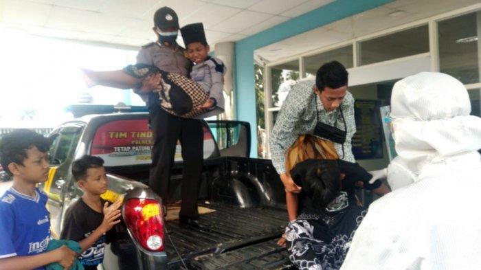 Petugas kepolisian dari Polsek Kemangkon, Purbalingga mengevakuasi para santri untuk mendapatkan penanganan medis di rumah sakit, Selasa (29/12/2020).