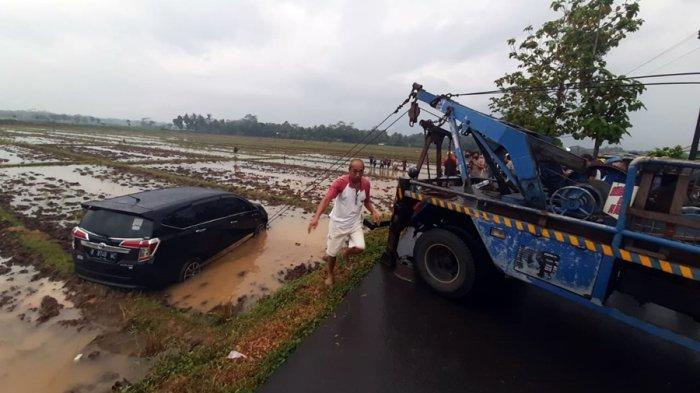 Butuh Waktu Satu Jam Evakuasi Mobil Nyemplung Sawah, Menyerempet Motor di Kemangkon Purbalingga