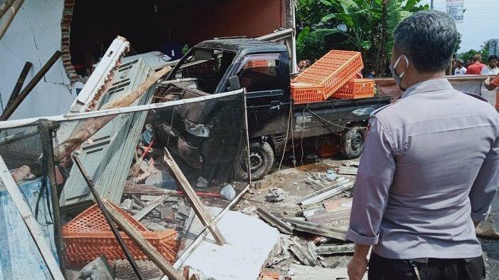 Pikap Tabrak Ruko di Selanegara Purbalingga, Diduga Tergelincir akibat Jalan Licin
