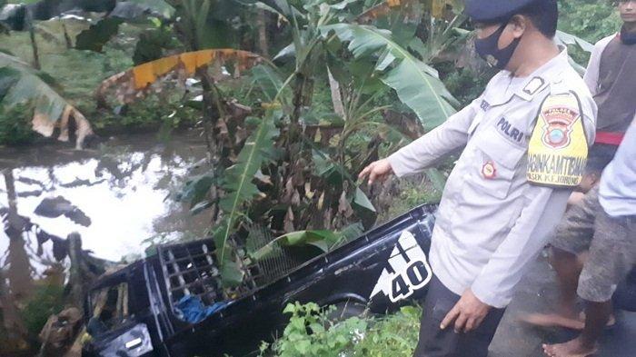 Tak Terkendali saat Lewati Turunan di Kejobong Purbalingga, Mobil Pikap Berakhir di Kolam Ikan