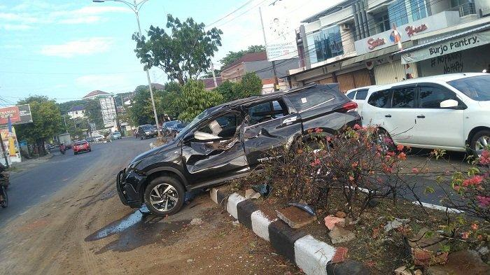 Mobil Toyota Rush Nangkring di Median Jalan di Ngaliyan Semarang Gara-gara Pengemudi Mengantuk
