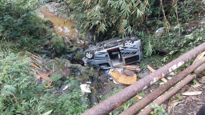 Tak Kuat Nanjak, Mobil Travel Masuk Sungai di Mrebet Purbalingga. Bawa 7 Penumpang dan Kulkas