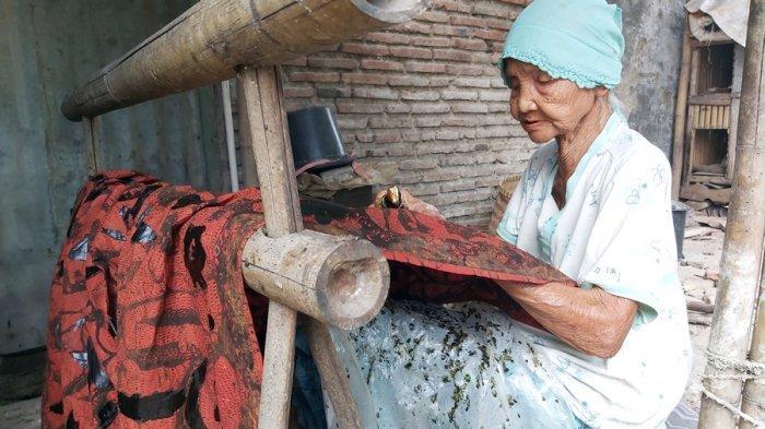 Kisah Semangat Nenek Usia 92 Tahun Memproduksi Batik Tegalan: Kalau Hanya Tidur Nanti Jadi Penyakit