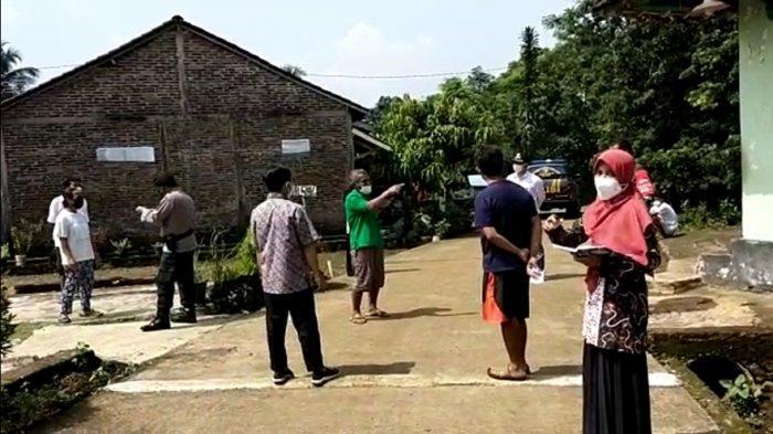 Kordinasi Pemdes Ngareanak dengan warga RT 03 RW 05 terkait aturan isolasi mandiri dan pemberian sembako untuk bekal makanan selama menjalani isolasi mandiri, Minggu (23/5/2021).