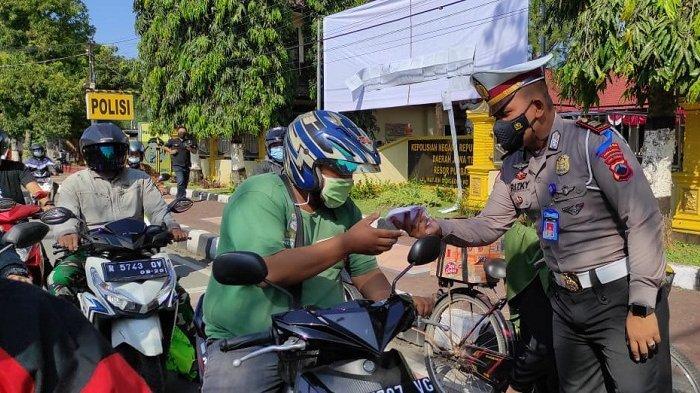 Hari Pertama Operasi Patuh Candi 2021 di Purbalingga, Polisi Bagi Masker dan Ajak Tertib Lalu Lintas