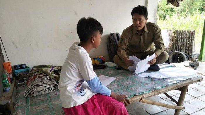 Kisah Pak Guru Avan Keliling Mengajar ke Rumah-rumah Siswanya Saat Pandemi Corona