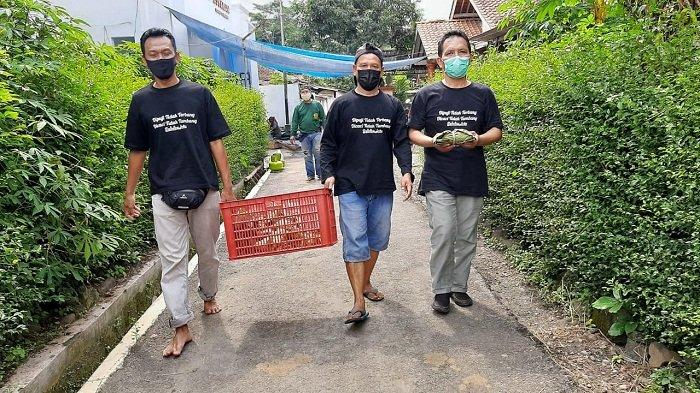 Kurangi Sampah Plastik, Panitia Kurban di Desa Kracak Banyumas Bungkus Daging Pakai Daun Jati