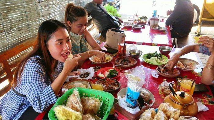 Pelanggan menikmati belut pecak santan, di warung pecak belut Bu Niti, yang terletak di Desa Tegalmlati, Kecamatan Petarukan, Kabupaten Pemalang, Sabtu (10/4/2021).