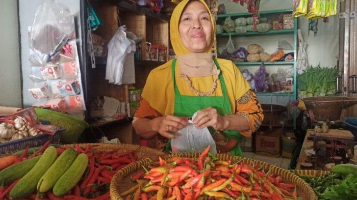 pedagang-cabai-di-pasar-batang-melayani-pembeli-selasa-1212021.jpg