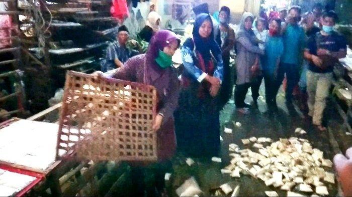 Aksi Buang Tempe di Pasar Moga Pemalang, Pedagang Protes Bansos Disalurkan Berbentuk Bahan Pangan
