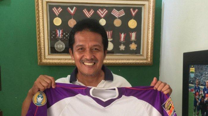 Bantu Penanganan Wabah Corona, Pelatih PSCS Jaya Hartono Lelang 2 Jersey Legendaris Miliknya