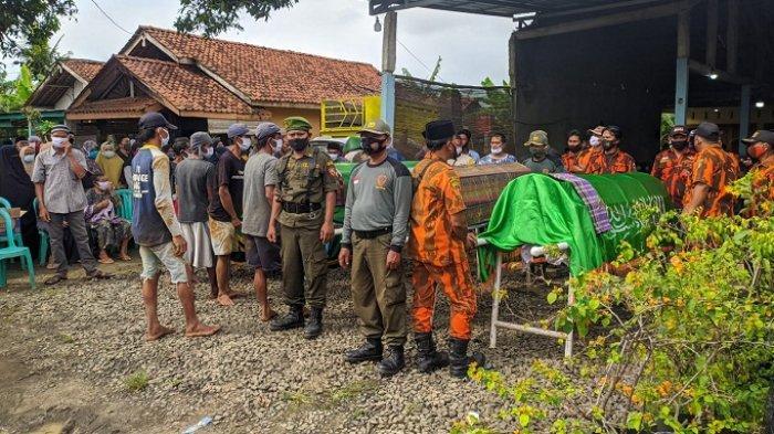 Tangis Keluarga Pecah, Empat Korban Kecelakaan Maut di Sokaraja Banyumas Dimakamkan dalam Satu Liang